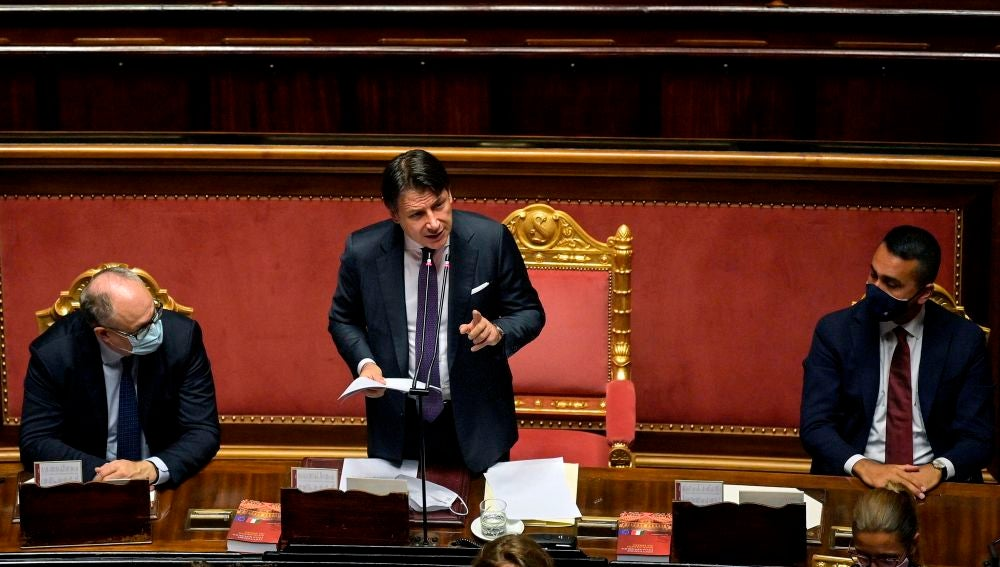 El primer ministro italiano, Giuseppe Conte, pronuncia un discurso sobre el acuerdo de la UE