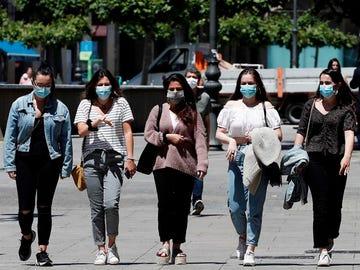 Jóvenes con mascarilla pasean por Pamplona