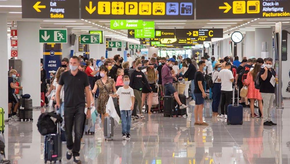 Viajeros en la terminal de llegadas del aeropuerto de Palma