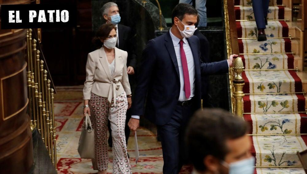 El presidente del Gobierno, Pedro Sánchez, y la vicepresidenta primera, Carmen Calvo, en el Congreso