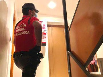 Un agente de la Policía Foral de Navarra en un portal