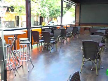 Imagen de un restaurante con las sillas vacías