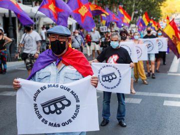 Asistentes a la manifestación por la III República