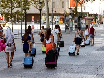 Varias turistas caminando por la Plaza Cataluña de Barcelona