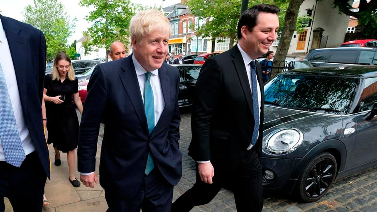 El primer ministro británico, Boris Johnson y el secretario de Estado de Administración Local, Simon Clarke