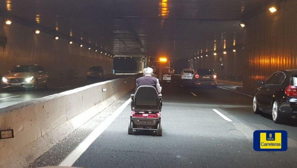 El hombre en silla de ruedas circulando por el interior del túnel de Julio Luengo