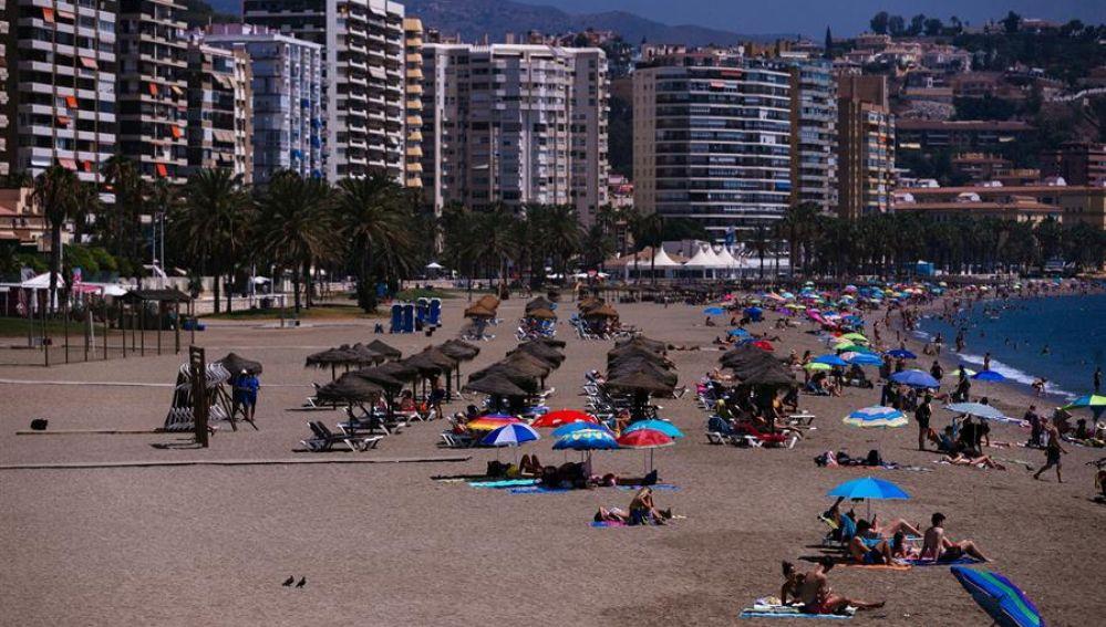 -Vista general de la playa de La Malagueta en la capital de la Costa del Sol