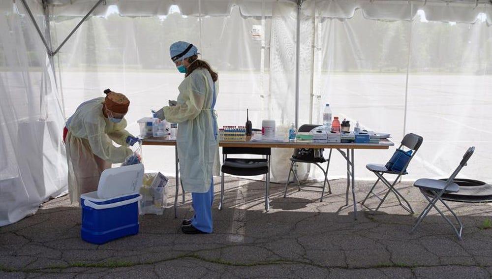 Unas enfermeras en unas carpas habilitadas para realizar pruebas PCR en Brockton, Massachusetts