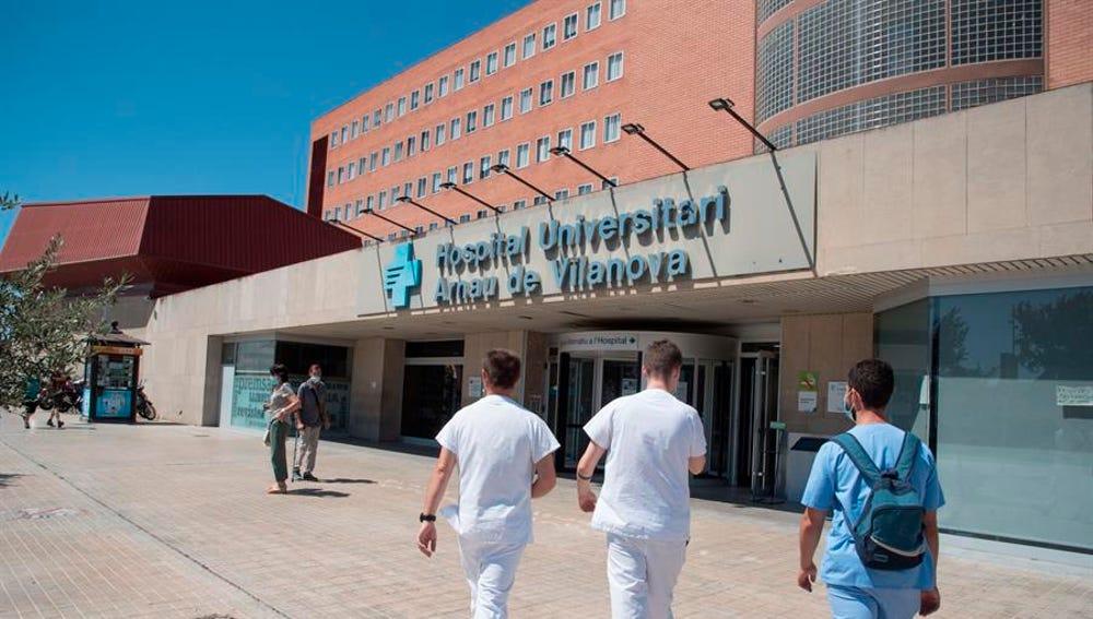 Vista de la entrada del Hospital Arnau de Vilanova de Lleida.