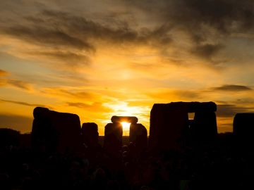 Amanecer en Stonehenge en Witshire, Reino Unido.