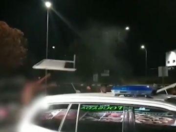 Los implicados en la reyerta usaron vallas metálicas y palos para destrozar un vehículo implicado en el atropello
