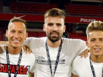 Unai Etxebarria, junto a dos compañeros del Granada CF