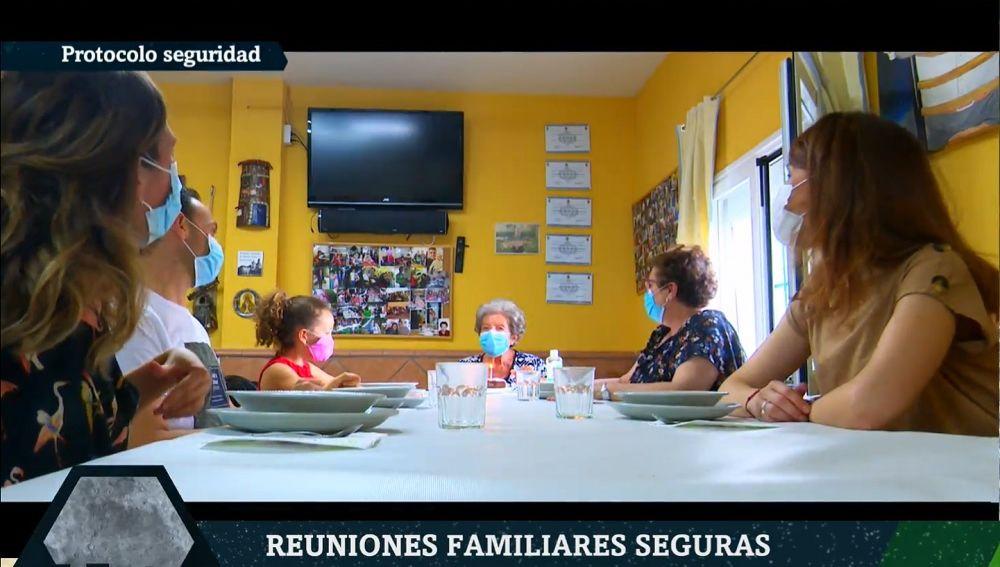 Imagen de una reunión familiar segura