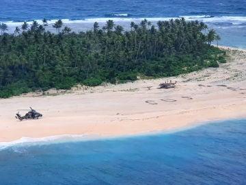 Rescatan a tres hombres perdidos en una isla del Pacífico gracias a una seña de SOS que dibujaron en la orilla
