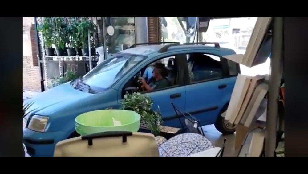 Captura de pantalla del vídeo que recoge el momento en el que una mujer entra con su coche en el vivero.