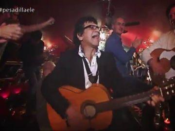 Un altar, una guitarra que acaba en el río y comida hecha 'al alcohol': así fue el paso Chicote por un tablao 'flamenco' en Países Bajos