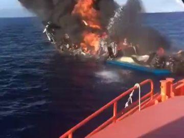 Un aparatoso incendio hunde un pesquero en la costa de Alicante