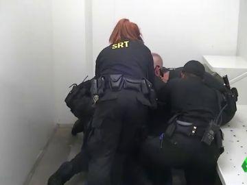 Momento en el que los agentes de la prisión reducen al recluso.