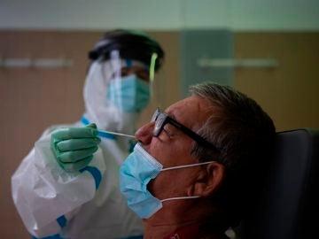 Una profesional sanitaria realiza una prueba PCR.