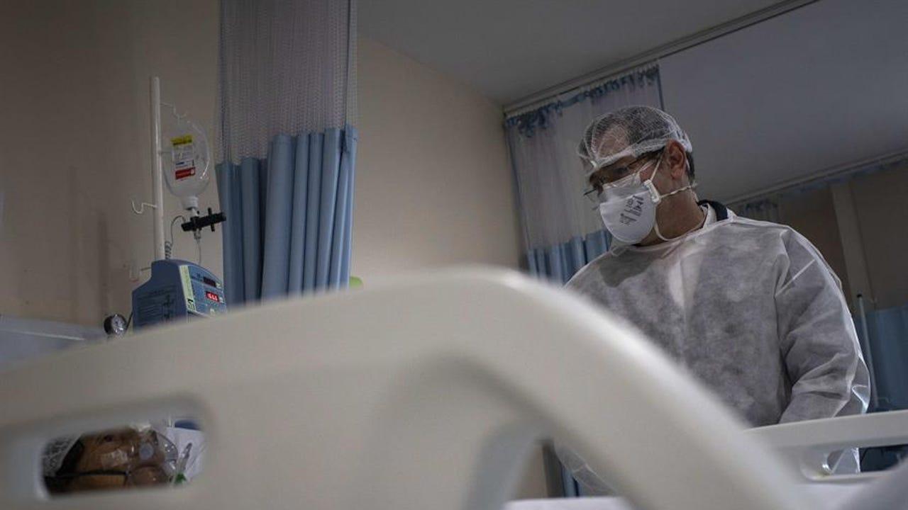 Un sanitario con un paciente