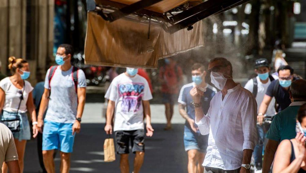 Personas paseando por Sevilla