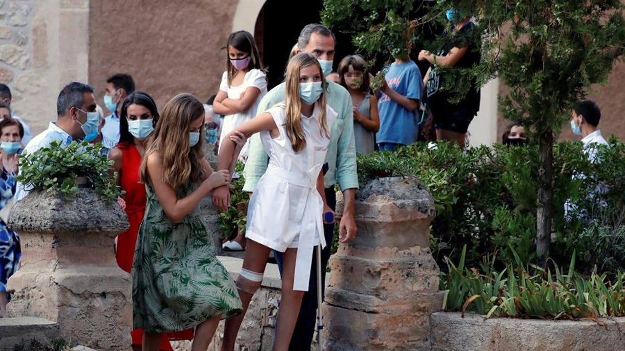 La infanta Sofía con muletas en Mallorca