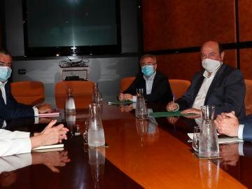 Andoni Ortuzar, Iñigo Urkullu e Idoia Mendia, en la primera reunión de las negociaciones