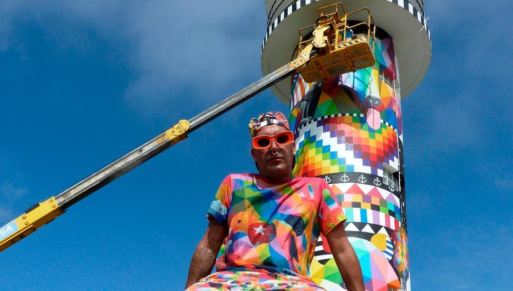 El artista urbano Okuda junto a su obra en el faro de Ajo, Cantabria