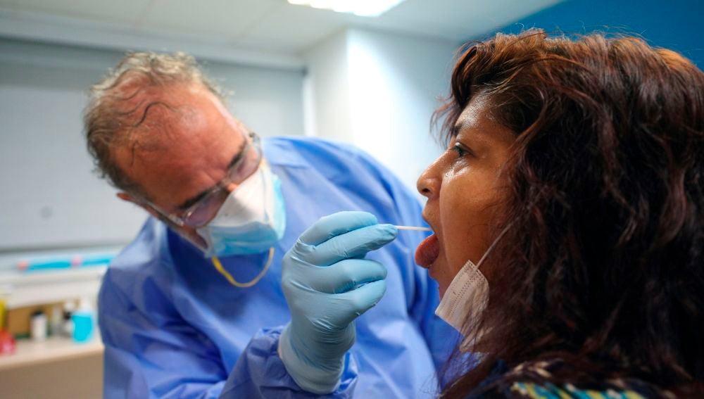 Un sanitario recoge muestras a una paciente en el Centro de Especialidades El Arroyo de Fuenlabrada