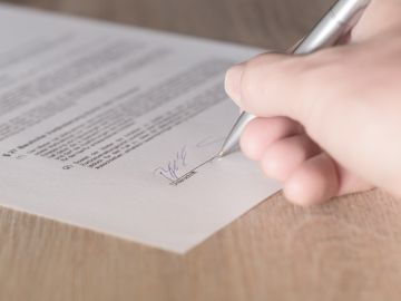 Una persona durante la firma de un contrato de trabajo.