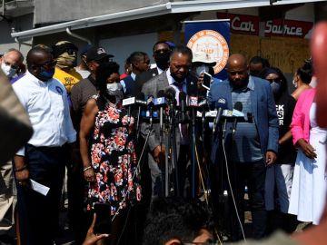 El padre de Jacob Blake comparece ante los medios en compañía del reverendo Jesse Jackson.