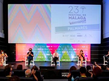 El director del Festival de Málaga, Juan Antonio Vigar y el presidente del jurado Álvaro Brechner, durante la lectura del fallo del jurado de la XXIII edición