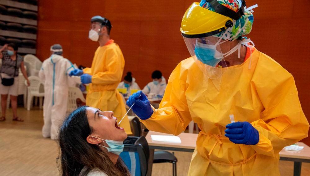 Una joven es atendida por un profesional sanitario en un Centro Cívico de barrio de Balàfia Lleida
