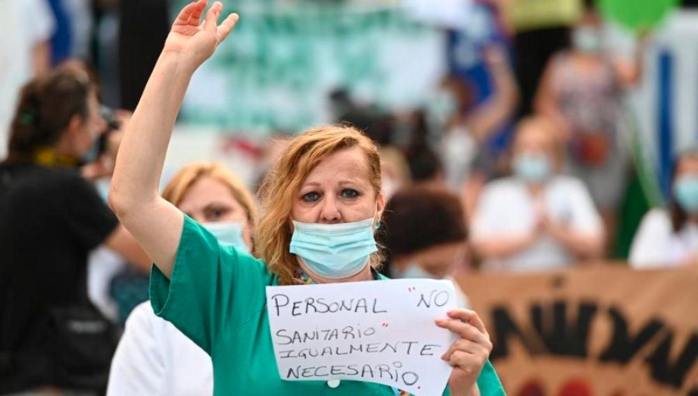 Miembros del personal sanitario participando en una concentración en Madrid