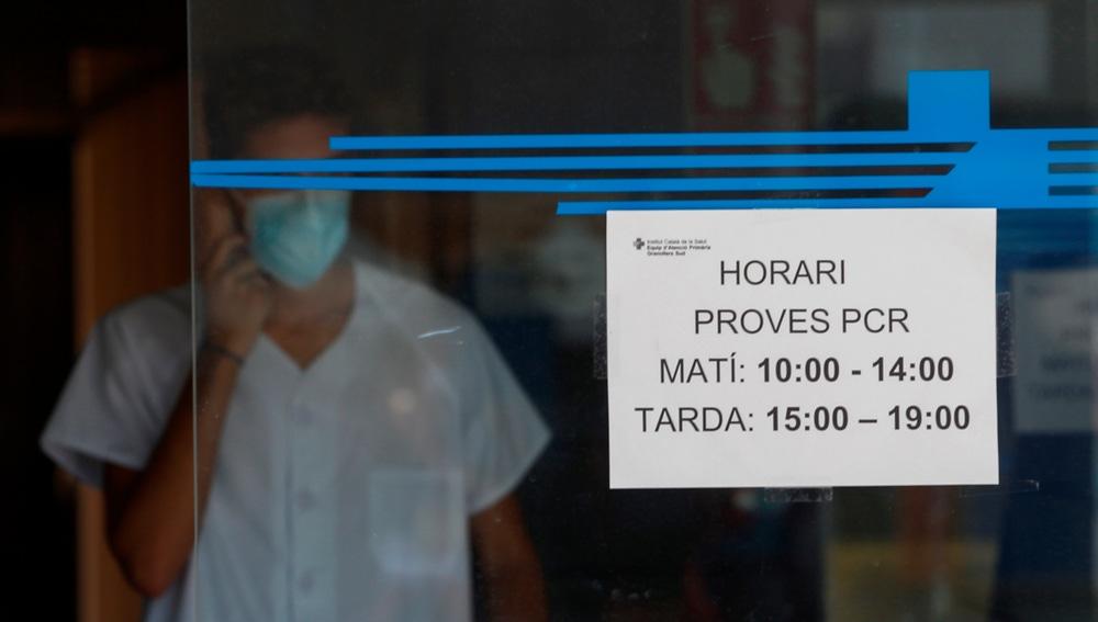 Profesionales sanitarios informan a las personas interesadas en el CAP Granollers Sur (Barcelona).