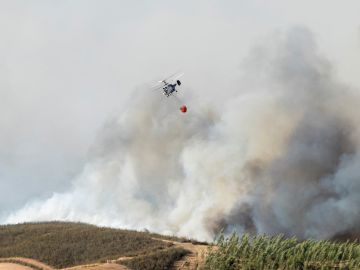 Medios aéreos combaten un incendio activo en Almonaster la Real