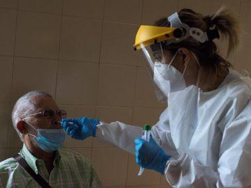 Una sanitaria realiza una prueba PCR en Ourense