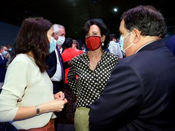 - La ministra de Igualdad, Irene Montero conversa con la presidenta del Banco Santander, Ana Patricia Botín tras la conferencia de Pedro Sánchez.
