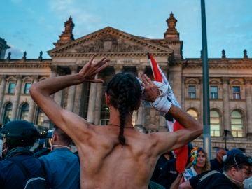 Uno de los manifestantes que intentaron tomar el Reichstag tras la marcha negacionista