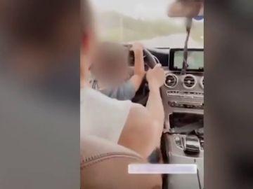 Investigan a una pareja por conducir con su hijo de tres años al volante y sin sistemas de seguridad