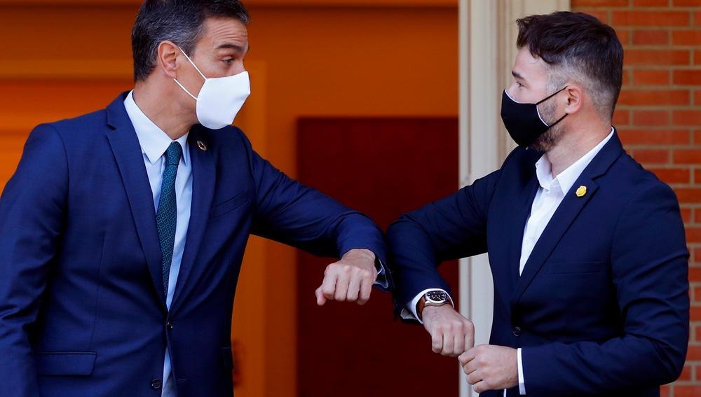 El presidente del Gobierno, Pedro Sánchez, recibe al portavoz de ERC, Gabriel Rufián, en el Palacio en La Moncloa