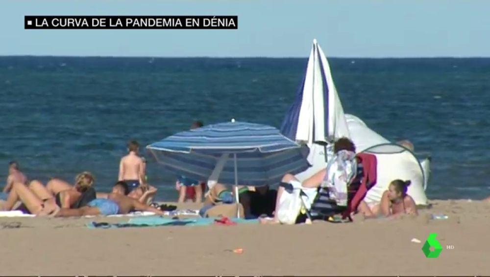 Imagen de varios bañistas en la playa de Dénia
