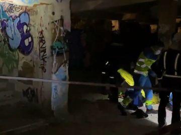 Imagen de los operativos atendiendo al joven que sufrió una caída en el antiguo psiquiátrico de Navacerrada