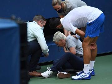 Djokovic se acerca a la juez de línea a la que propinó el pelotazo en el US Open