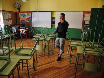 Un docente en una aula de un colegio de Madrid. (Archivo)