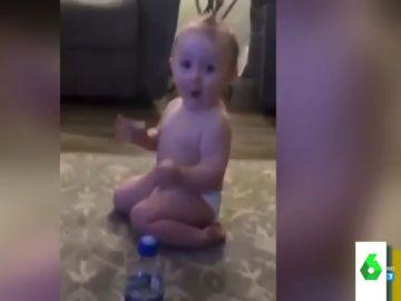 La divertida reacción de un bebé tras arrasar en el reto del 'Water Bottle Flip Challenge'