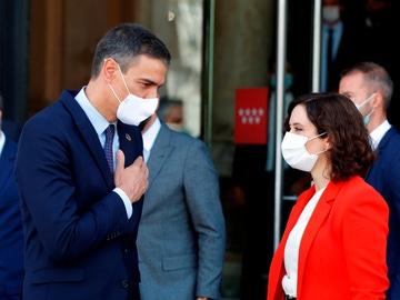 La presidenta de la Comunidad de Madrid, Isabel Díaz Ayuso, despide al presidente del Gobierno, Pedro Sánchez