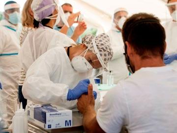 Sanitarios realizan test PCR