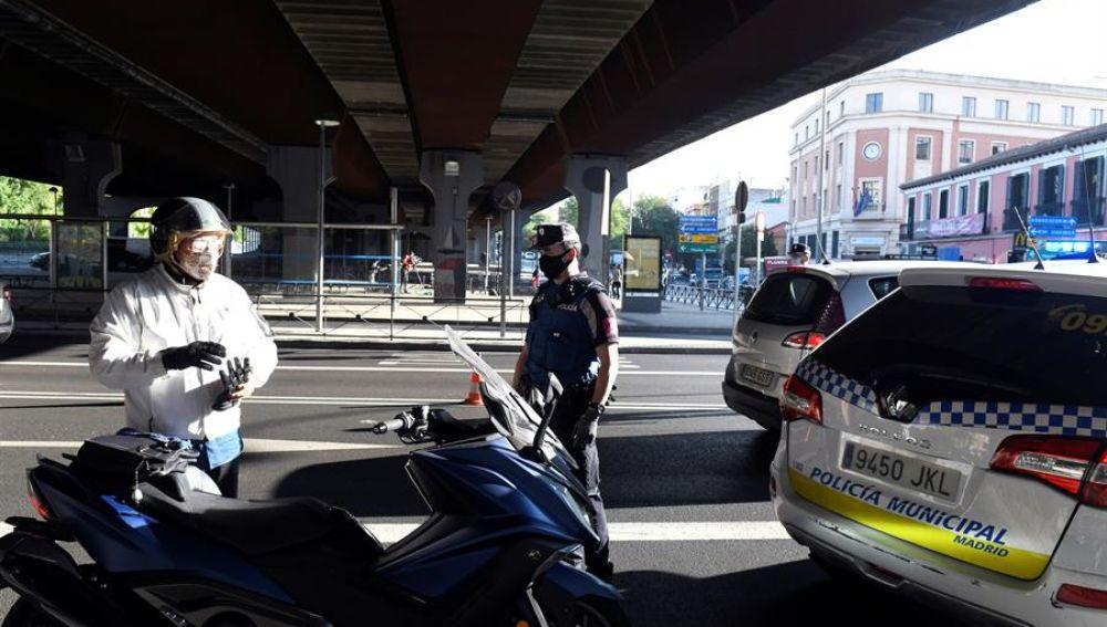 Efectivos de la Policía Local realizan controles este lunes en Puente de Vallecas.