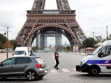 La policía establece un cordón de seguridad tras evacuar la Torre Eiffel